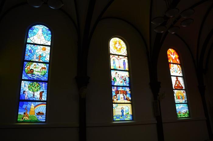 内部には沢山の美しいステンドグラスが嵌められています。