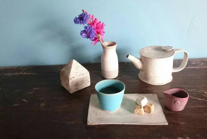 At Home Worksは鎌倉を拠点に活動されている林彩子さんのアトリエ。自然の揺らぎを受け入れた素朴で、美しい形の器を制作されています。やさしくて温かい風合いに心惹かれますね。