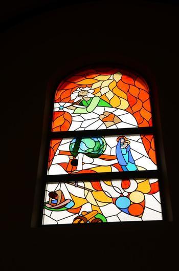現代風のステンドグラスと歴史ある祭壇ですが、融合していて違和感がありません。