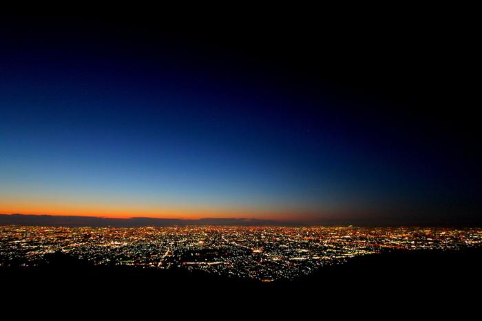 西側にある大阪平野は、夕暮れ時も見逃したくないポイント。秋から冬にかけての、ほんの一瞬の夕暮れと夜が混ざりあう時間。燃えるような赤に深く染まる地平線をご覧ください。