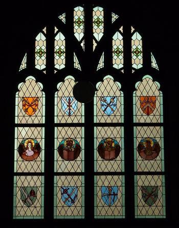紋章が刻まれた窓は、一枚ずつ稼働するようになっています。青系のステンドグラスが多い中、こちらのグラスはどちらかというと大人しい色合いでまとめられている印象です。