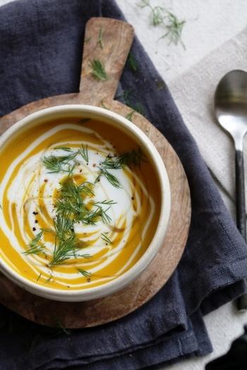 素材を丸ごと味わうポタージュ。南瓜なら、他の野菜はいりません。牛乳に少し生クリームを加えると、コクがアップします。口当たりを軽くするヨーグルトを合わせれば、さっぱり食べられます。