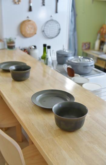洋には勿論、石を連想させるようなグレー食器は、和にもあうデザインが多いですね。お気に入りの作家さんの陶器というのも素敵です。無機質だけれど、温かみのあるグレーの器はいかがでしょうか。