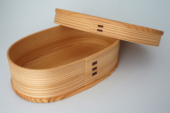 シンプルなデザインと、実用性の高さで人気の曲げわっぱ。吸湿性に優れているため、ご飯をふっくらと保つことができるんです。ほのかに香る杉の香りや手触りにも、ぬくもりを感じます。