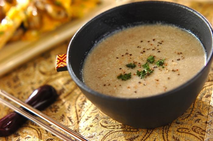香り高いごぼうのスープは、お味噌を入れることでまろやかさが出ます。繊維質なので、しっかり煮込んでやわらかくしてミキサーへ。滑らかさを出すための濾しの作業も丁寧に行いましょう。