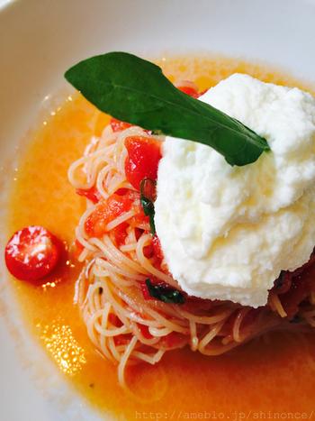 メニューは、『今週のパスタ』or『カレー』。ランチは、サラダと飲みものがつく1000円台のコースから、前菜・主菜(肉or魚介)・デザートつきの2000円台までのコースとなっています。  画像は、『今週のパスタ』の一例。※オイル/トマトソース/生クリームのいずれかがあらかじめ決められています。