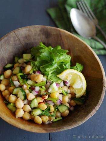 ナンプラーとパクチーを効かせたエスニックなサラダ。材料を同じ大きさにカットする事で、味も絡みやすく、見た目も可愛らしい雰囲気に!こちらのレシピでは輪切りにした唐辛子を使用していますが、生の青唐辛子を使うと、爽やかに仕上がります。