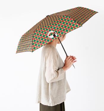 ちょっぴりレトロな柄がオシャレ。畳んだ状態で約23cmと、コンパクトな形状なので持ち運びにも大変便利です。カバンの中に忍ばせておけば、外出時の急な雨でも慌てなくて済みますね。収納袋の裏面は吸収性の高いタオルのような生地を使用している為、他の荷物を濡らさずカバンへ収納することができます。