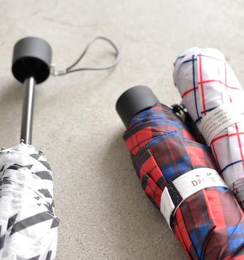 季節問わず使える折り畳み傘は、プレゼントにも最適です。こちらはDanke(ダンケ)の晴雨兼用折りたたみ傘。雨の日はもちろん、UVカットが施されているので、紫外線の強い晴れた日も日傘代わりに使用できます。
