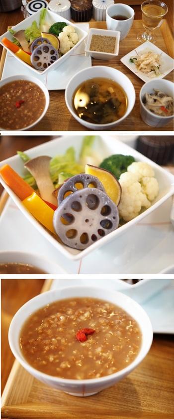 『旬の温野菜盛り合わせ』『週替りだれの豚肉とお野菜の炒めもの』『週替わりのおかず』など。すべてのセットに、白米と発芽玄米のご飯 or 碁石茶の「茶粥」、本日のスープ、本日の小鉢2品、お番茶がつきます。  画像は、『旬の温野菜盛り合わせ』の一例と茶粥。