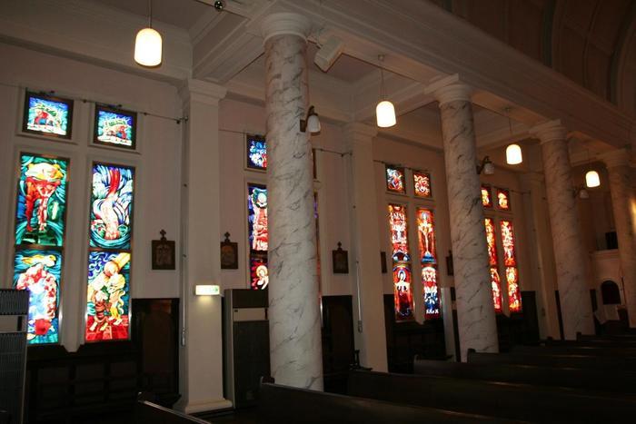 天井までの沢山のステンドグラスはとても美しいです。