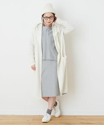 春のコートがわりに白のロングカーデを。フード付きなのでざっくり羽織るだけで可愛いんです♪インナーには旬アイテムのセットアップを合わせて。