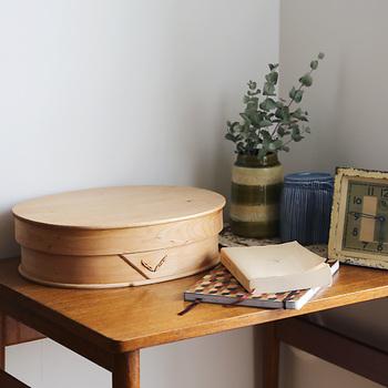 ふた付バスケット(L)は、ふたがついた使いやすいバスケット。ごちゃごちゃしがちなDMや領収書等、こまごました紙ものの収納にもよさそうです。木の紐でステッチした細工がかわいいポイントになっています。