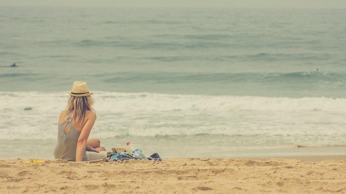 海で。 波の音を聞きながらのピクニックでのんびりピクニックしましょう。