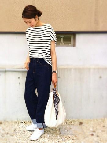 ボーダーTシャツ×デニムのシンプルなコーディネートも、バッグにバンダナを結ぶだけでトレンド感がプラスされます。
