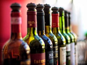 ホットワイン用のワインなら、コンビニやスーパーのワインで十分です。その際は酸味やタンニンの少ない甘口の赤ワインを選ぶのがポイント!