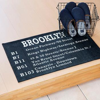 玄関マットは、入ったときにすぐ目に入りやすい、アクセントになるアイテム。床面にメリハリをつける視覚的効果もあります。モノトーンの英字ロゴが入ったクールな印象のマットには、傍らにワイヤーバスケットを置いてスリッパを収納すれば、トレンドの「男前インテリア」に。