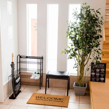 無骨なイメージの「男前インテリア」は、お部屋に取り入れるには少しハードルが高く感じるもの。でも、玄関スペースなら数点のアイテムだけで手軽に楽しめます。ポイントとなるスチール素材の家具を中心に、アイテムを揃えてみて。観葉植物に向かない環境であることの多い玄関には、フェイクグリーンが活躍します。