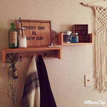 小さなビスを使用して、女性でも手軽に壁に取り付けられるウォールシェルフは、壁面を活用できる代表的なアイテム。飾り棚としてお気に入りの小物を「飾るだけ」で、ワンランク上の玄関になります。
