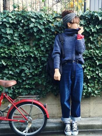 ブルーのワントーンコーデに、赤のバンダナを手首に巻けば、アクセントカラーになりますね。