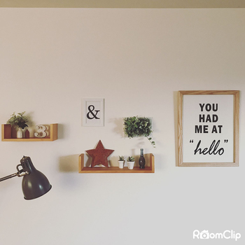 棚の位置をランダムに配置して、ポスターフレームでバランスをとれば、こなれた印象もお手軽。白い壁とナチュラルウッドの組み合わせには、適度にグリーンを飾ってあげると、よく映えますね。