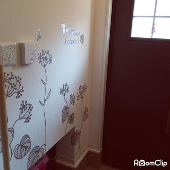 壁にビス等を打ち込めない住居でも楽しめるのが、貼ってはがせる「ウォールステッカー」。簡単なのに、大胆に空間の印象を変えることができます。様々な柄やモチーフがあるので、気分に合わせて色々と楽しめるのも魅力的。