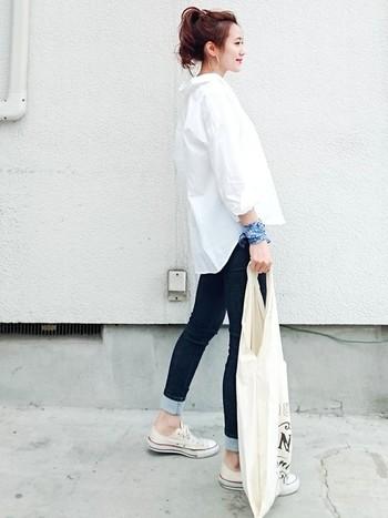 シンプルな白シャツ×デニムにも、さり気なく爽やかブルーのバンダナでアクセント!