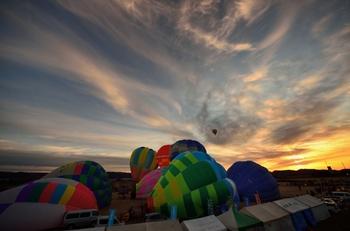 扇風機で風を送りバルーンを膨らませていきます。この競技大会には、全国から多くのチームが参加しており、会場となっている「あったか河川公園」は色とりどりのバルーンで埋め尽くされます。