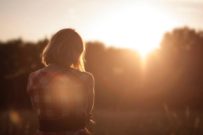 長めのいい場所を見つけて夕日を眺めましょう。時間を忘れてぼーっとすれば悩みも消えるかもしれません。