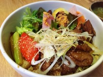 ある日の「本日の丼」は『大豆ミートの生姜焼き丼』。