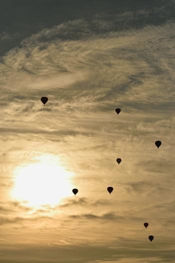 学生や社会人など、日本中から集まったチームの気球が空に次々と飛び立って行く様子は、迫力もあり幻想的でもあります。