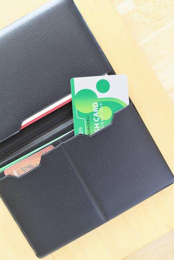 とにかく多いカード類。でも頻繁に出し入れするものは、そんなに数はないはずです。財布の中に入れるのは、使用頻度の高い3種類くらいで十分。診察券も、今通院しているもの以外は別の場所に保管します。