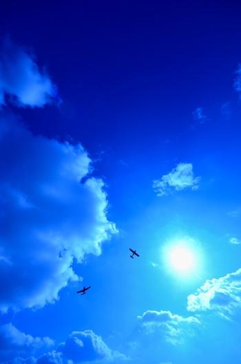 同じ会場で小型飛行機のデモフライトも行われます。なかなか見ることのできない小型飛行機、とにかく風が出ないことを、天気が崩れないことを祈るしかありません。
