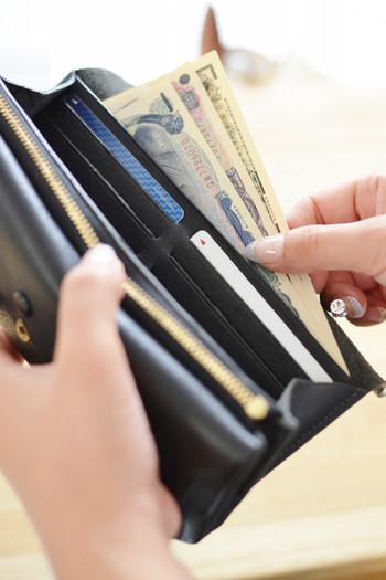 スムーズな出し入れと中身の把握のために、それぞれのアイテムの居場所をきちんと決めておきましょう。カード類は「金融系」「病院系」「サービス系」別に収納し、お札とレシートも分けるのがベターです。