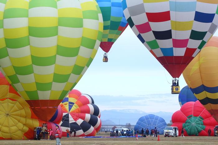 準備ができたバルーンから次々と飛び立っていきます。朝の回は早朝から準備を始め、8時頃までにはすべての熱気球が上がっていくため、飛び立っていく様子を見ようと多くの人が早朝にもかかわらず訪れています。