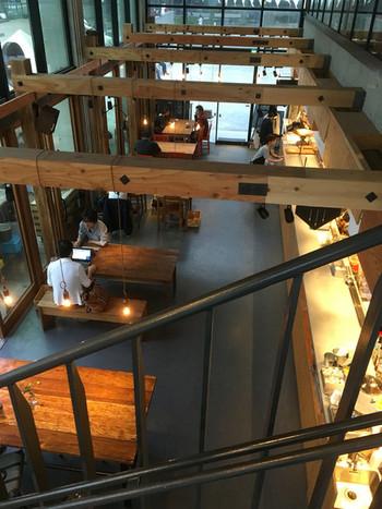 うっとりするほど、素敵な空間ですね♪池袋駅東口から徒歩数分、南池袋公園内に2016年4月2日オープンしたRacines FARM to PARKです。2階に上がる階段から、1階席と注文カウンターが見えます。