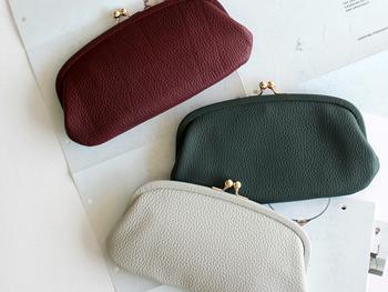 財布としてはもちろん、小さなクラッチバッグのようにも使えるエレガントながま口です。がま口とはいえ、小銭だけでなくお札やカードも収納できます。