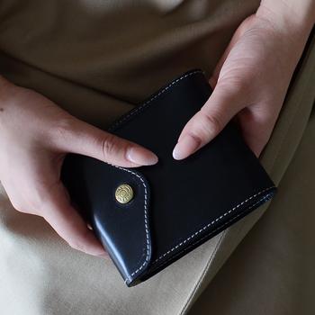 クラシカルながらスタイリッシュなデザインを持つ、スコットランドの老舗レザーブランド。小さく見えて、5つのカードポケットと小銭入れ、お札入れ、サイドポケットまでついた二つ折り財布です。