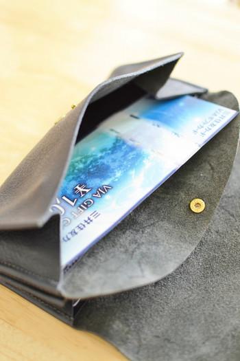 お金関係のものでも、出番の少ないものはお家で保管しましょう。「いつか使う」と思って財布に入れていても、かさばる上にボロボロになってしまいます。