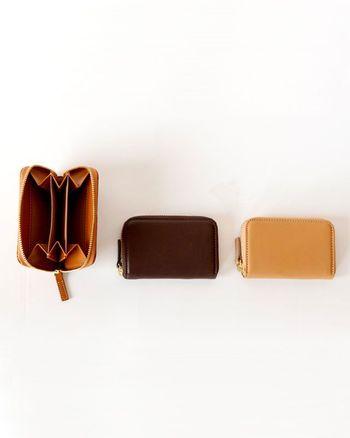 小銭入れと言いつつも、お札やカード類も収納できる三連ポケット構造。小銭入れ以上、財布未満のシンプルな使い勝手が心地いい。