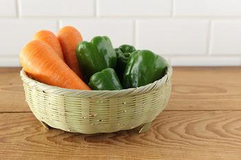 写真のように洗った野菜を入れておくのにはもちろん、食材の保管、小さめの食器の収納、焼きたてのパンを入れておくのにも使えます。