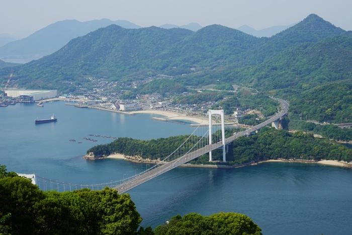 瀬戸内しまなみ海道は、広島県尾道市と愛媛県今治市をつなぐ自動車専用道路で、瀬戸内海に浮かぶ6つの島(向島・因島・生口(いくち)島・大三島・伯方島・大島)を結びます。瀬戸内の多島美を満喫しながらサイクリングも楽しめますので、この春、ぜひいかがですか?
