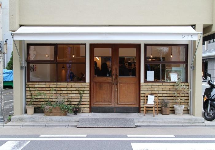 京都市中京区の角にひっそりとたたずむドーナツ専門店「ひつじ」。もともとはパン屋「hohoemi」を営んでいたオーナーさんが立ち上げたお店で、2011年のオープン以来根強いファンをもつ人気店です。