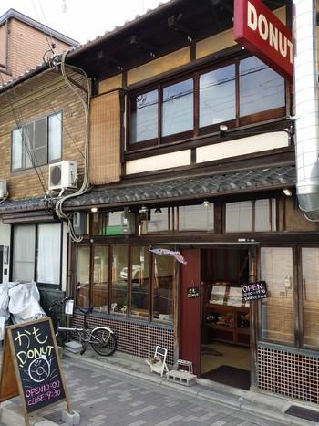 北大路に2013年にオープンしたドーナツ屋さん「かもドーナツ(かもDONUT )」。こちらも、京町家の建物をいかしたお店です。店内にはちょこっとイートインスペースもありますよ。