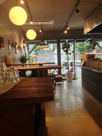 テーブル席、カウンター席、カウチ席が用意されていて、好みのスタイルで食べることができるのも楽しい。