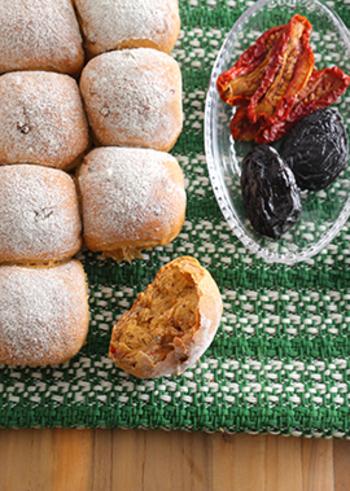 ドライトマトは水気がないのでパンの具材にもぴったり!流行りのちぎりパンに加えてみましょう。プルーンとミックスすると、酸味と甘みの絶妙なバランスに仕上がりますよ。