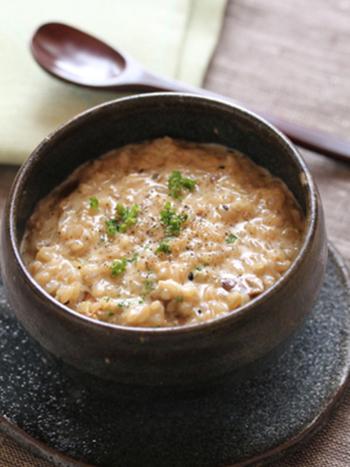 ポルチーニ茸を使ったリゾットは、イタリアンでも人気のメニュー。炊いた玄米を使えば、お手軽かつヘルシーなリゾットになります。ランチにもぴったりですね♪