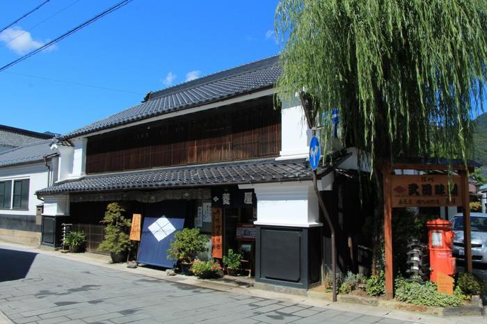 上田駅から徒歩15分に位置する「北国街道 柳町」の町並み。400年前の宿場町の雰囲気が今もなお残存しています。