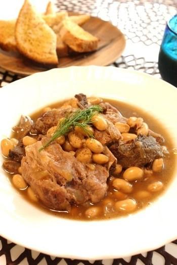 豚肉のスペアリブを使った煮込み料理は、オーブンで時間をかけてじっくり火を通しましょう。お醤油が少し入るので、ほんのり和風テイストも加わります。大豆がたっぷり入って栄養満点ですね!