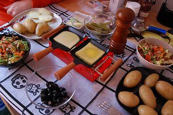 スイスやフランスでは、このようなラクレット用のフライパンや専用コンロを持っているご家庭もあるようです。フライパンにスライスしたラクレットチーズを乗せて溶かすんですね。これなら玉子焼き用のフライパンで代用できそう!?